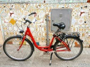 Barcelona barrios - A bike by a wall in Gràcia