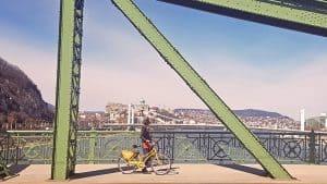 Biciklis a Szabadság hídon