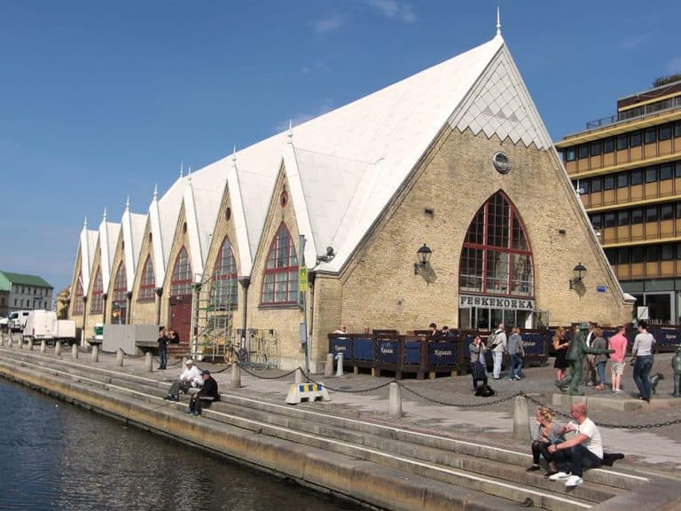 Montando en bici en el centro de la ciudad de Gotemburgo y Haga